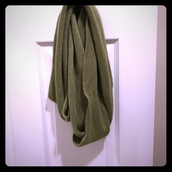 Rikka Accessories - 🧣🧤EUC Green Infinity Sweater Scarf